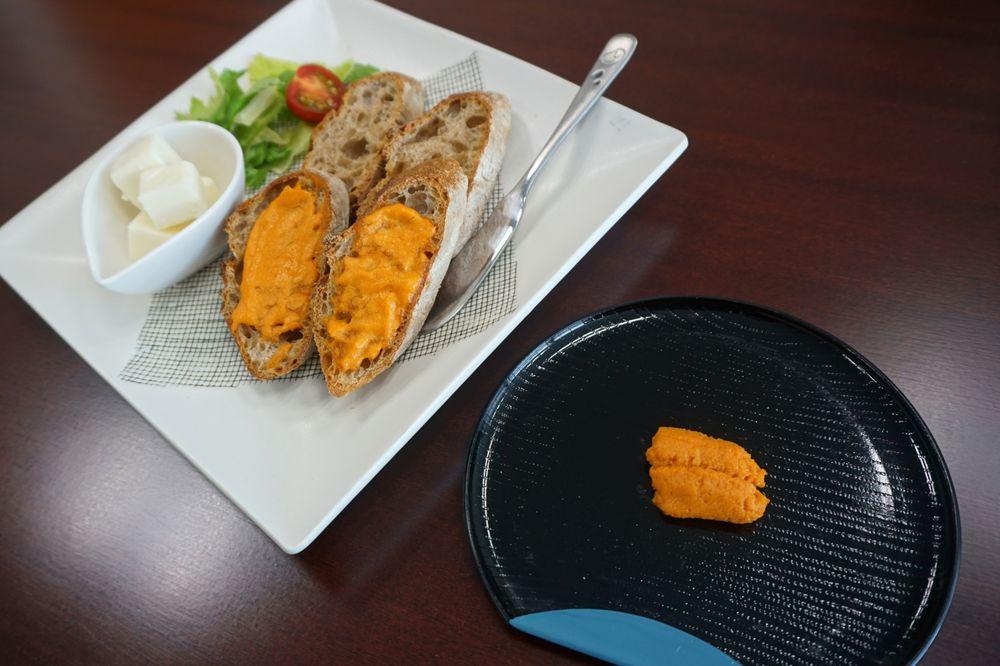 一張含有 桌, 食物, 坐, 盤 的圖片  自動產生的描述